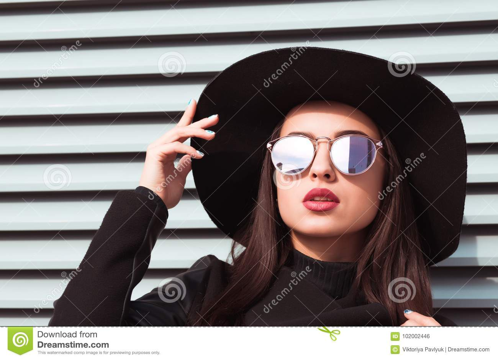 Le portrait de plan rapproché du jeune modèle séduisant porte le chapeau et les sunglass