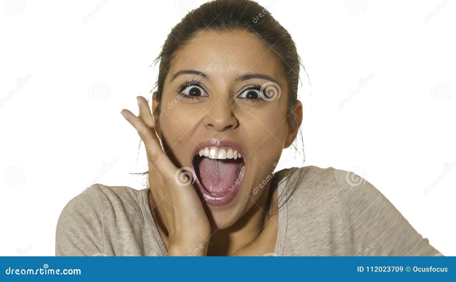Le portrait principal de la jeune femme hispanique heureuse et enthousiaste 30s dans la surprise et les yeux étonnés et la bouche