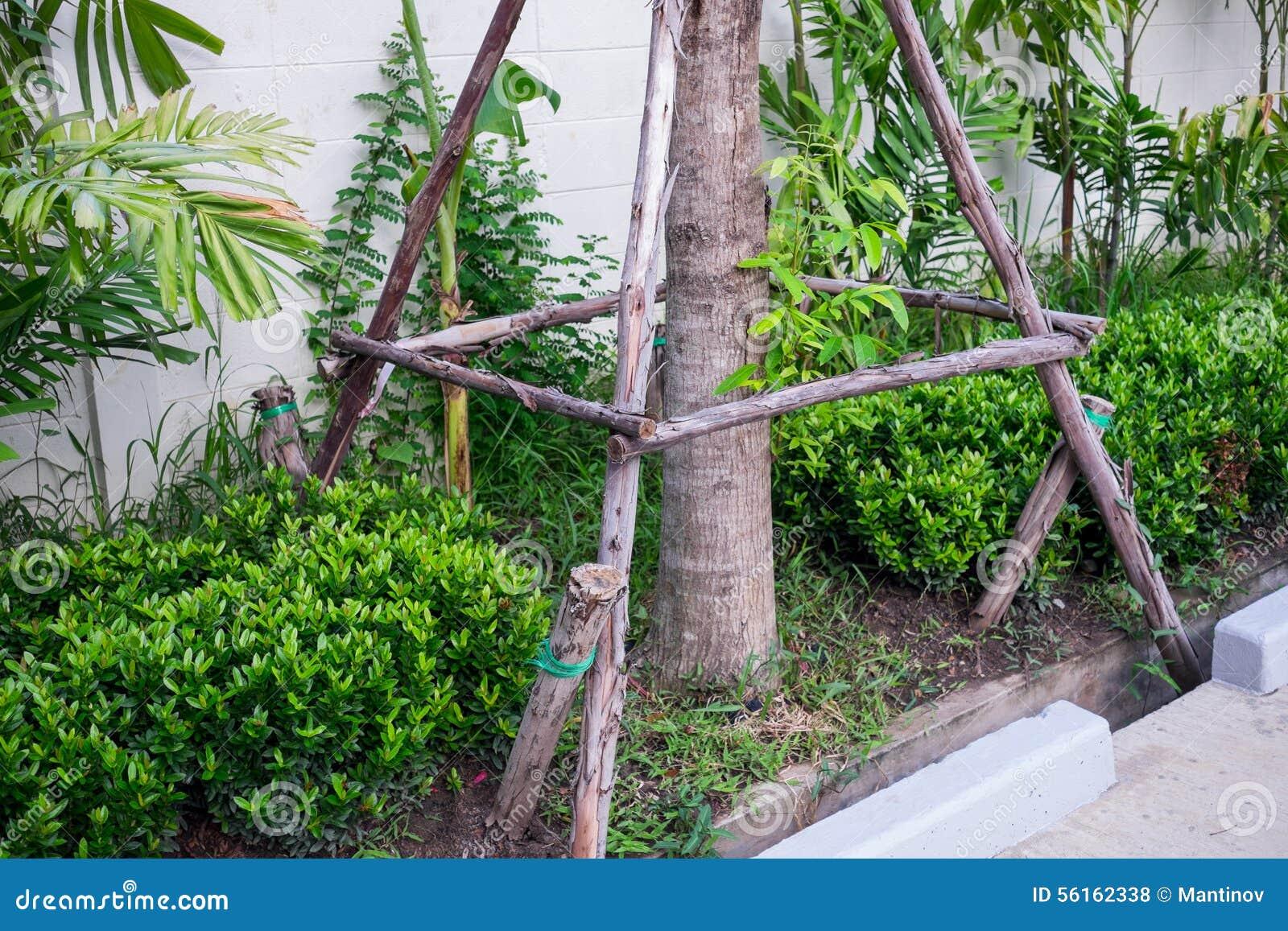 le poteau de soutien en bois pour l 39 arbre replantent photo stock image 56162338. Black Bedroom Furniture Sets. Home Design Ideas