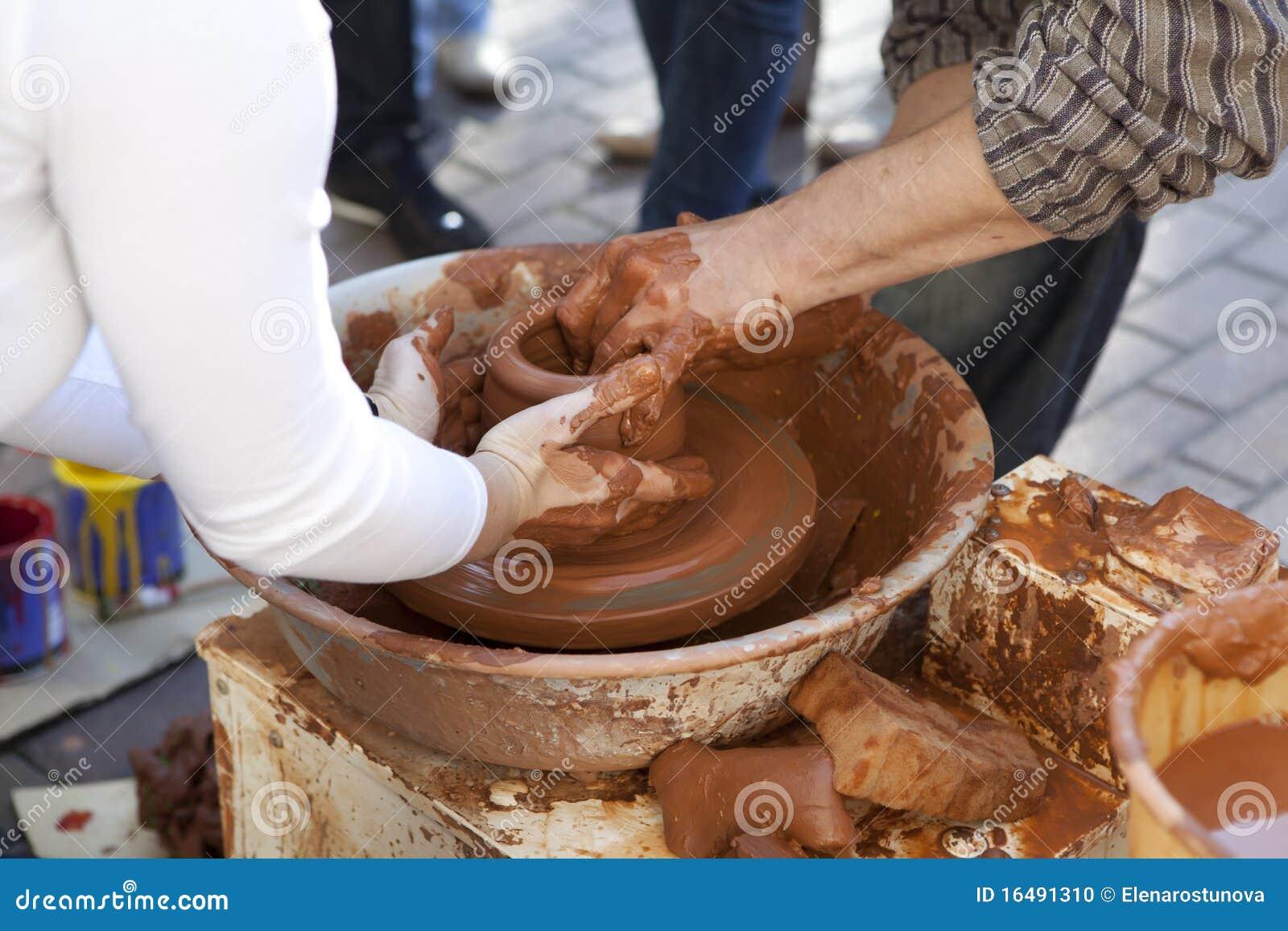 Le potier enseigne faire cuire des bacs son aide.