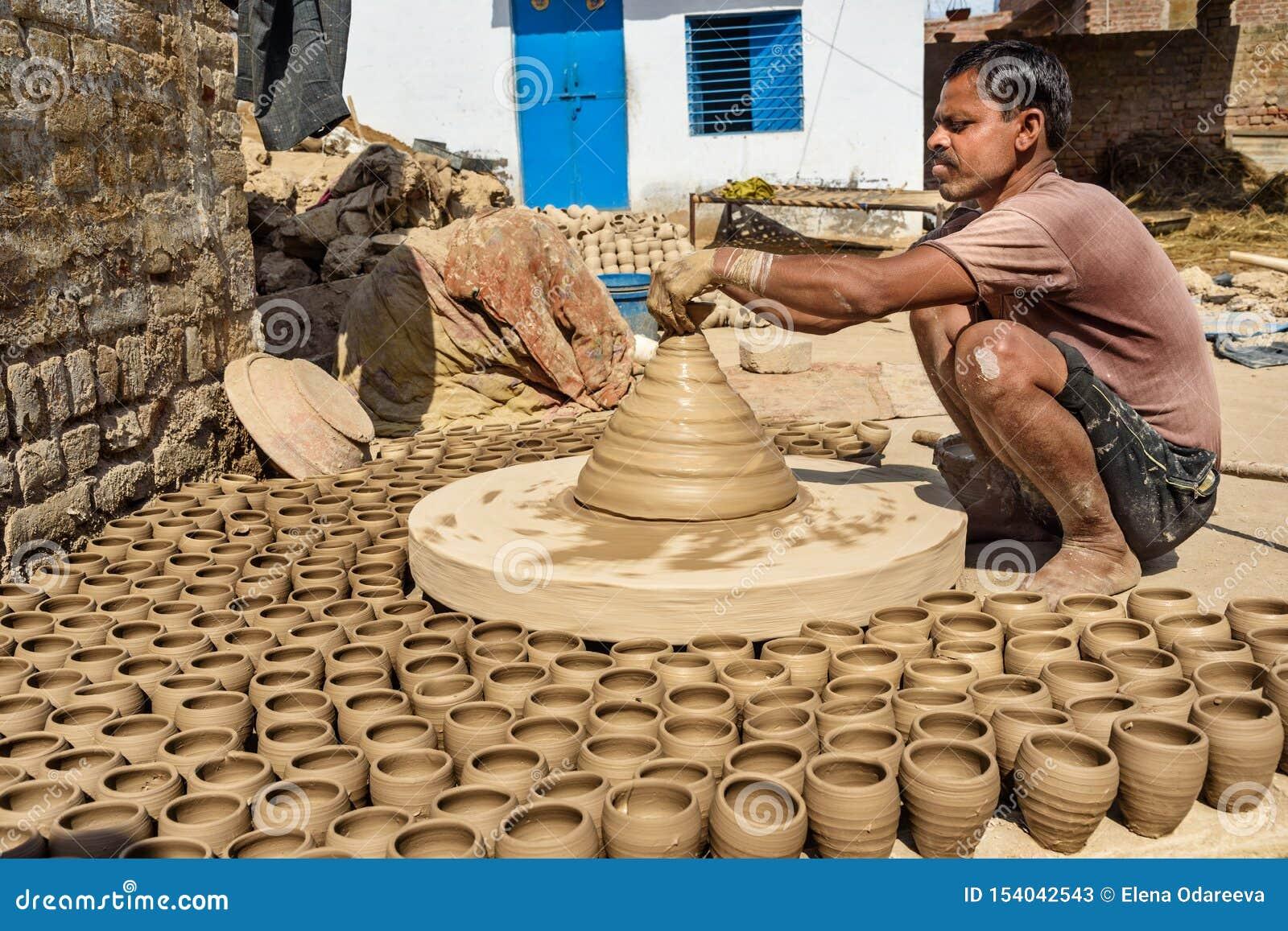 Le potier indien faisant des pots d argile sur la poterie roulent dans Bikaner Rajasthan l Inde