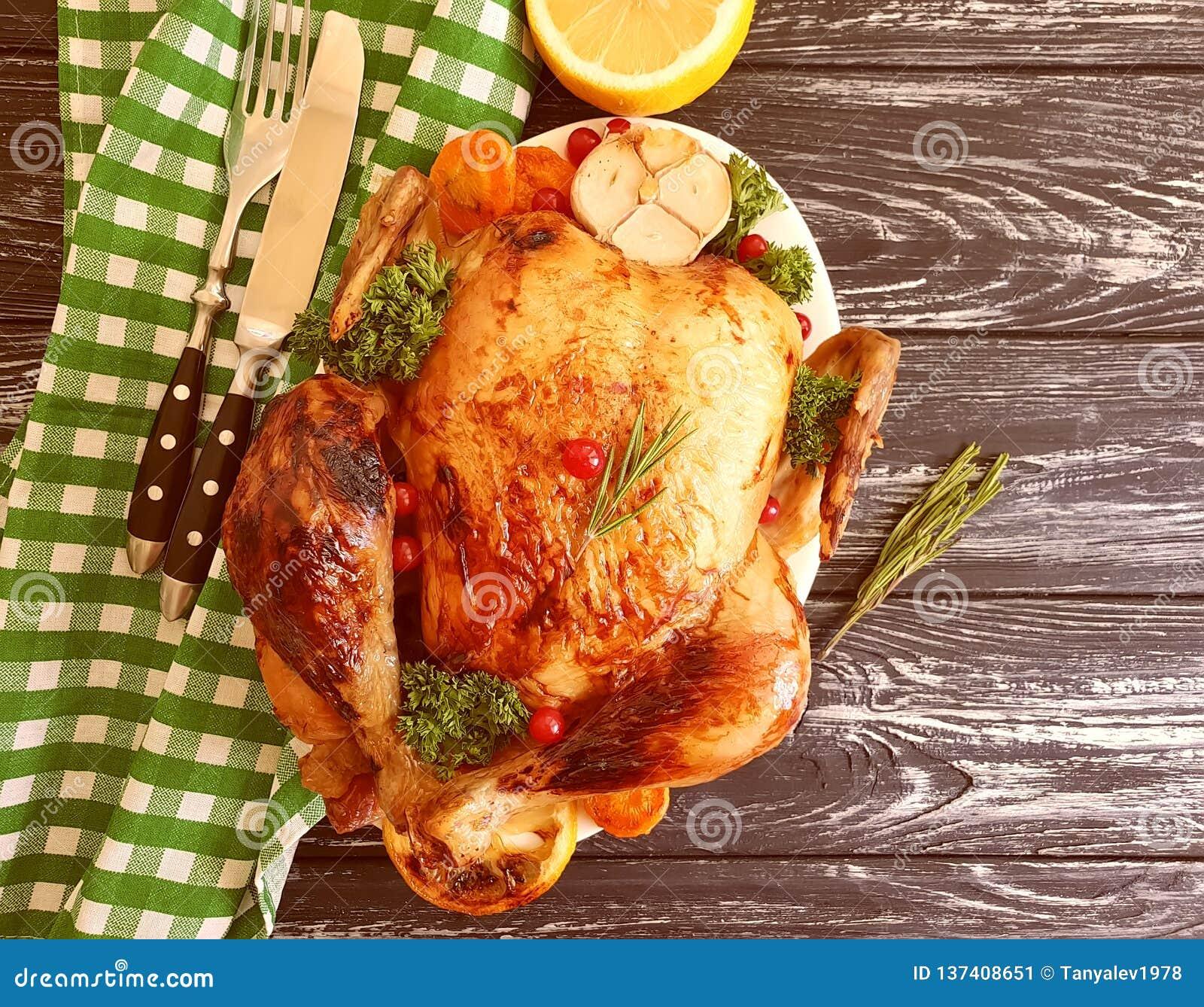 Le poulet frit entier a glacé le dîner préparé et savoureux cuit sur le fond en bois