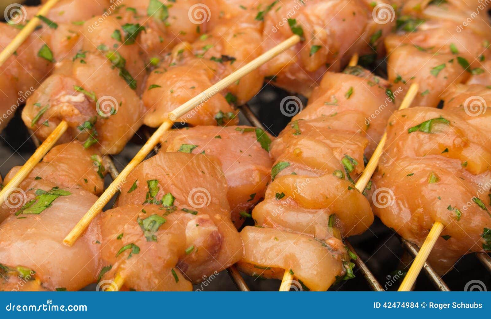 Le poulet traité frais embroche le barbecue