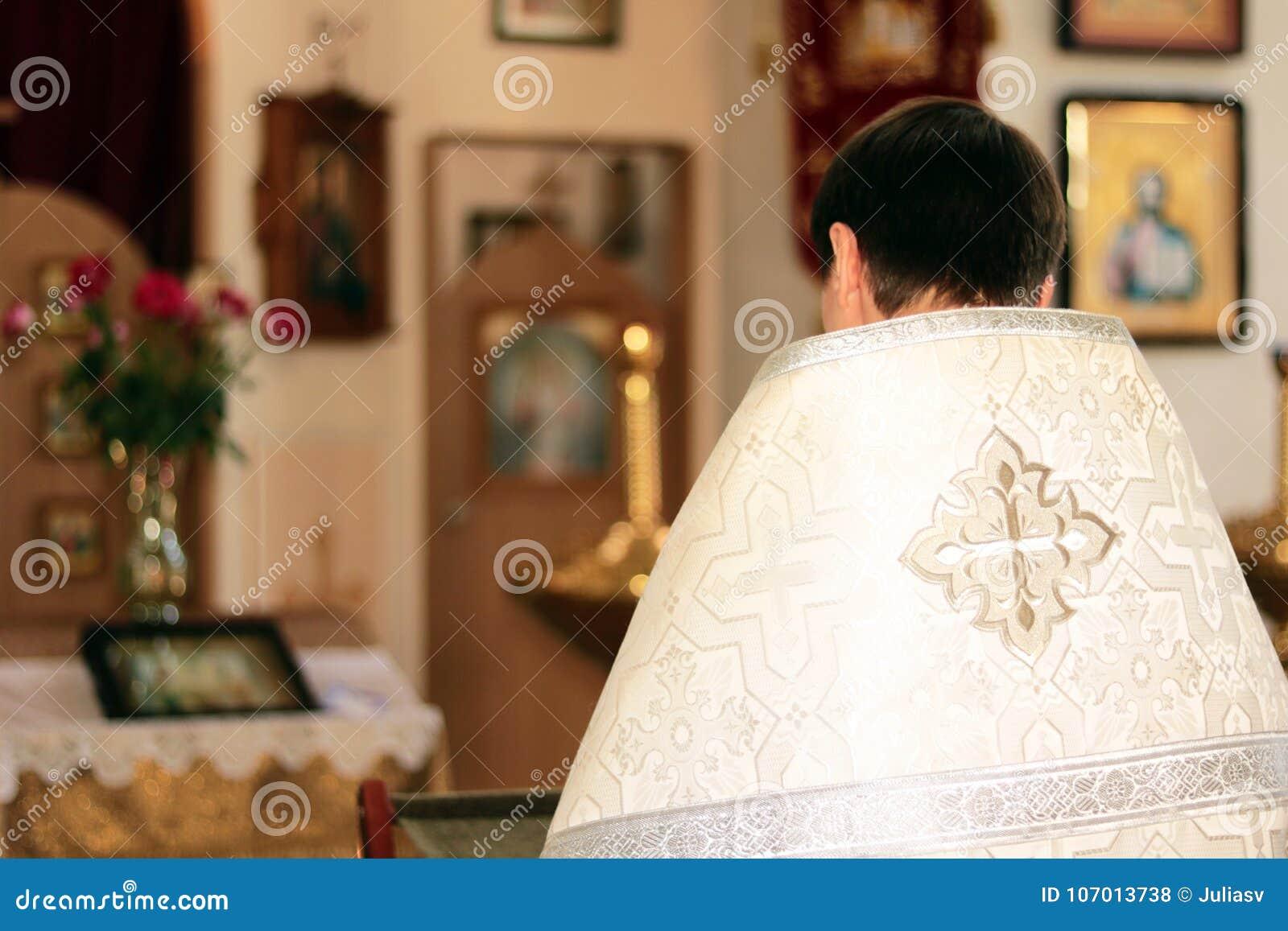 Le prêtre dans l église lit la prière pendant le rite religieux