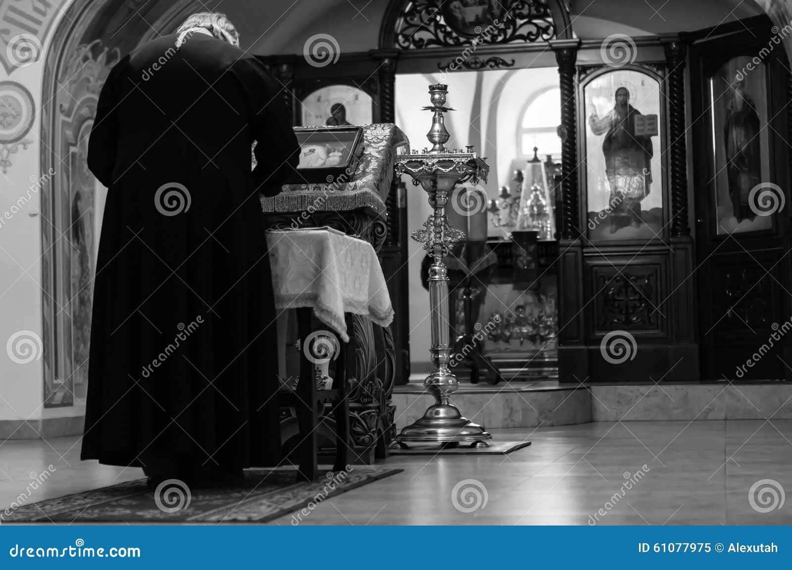 Le prêtre lit la prière