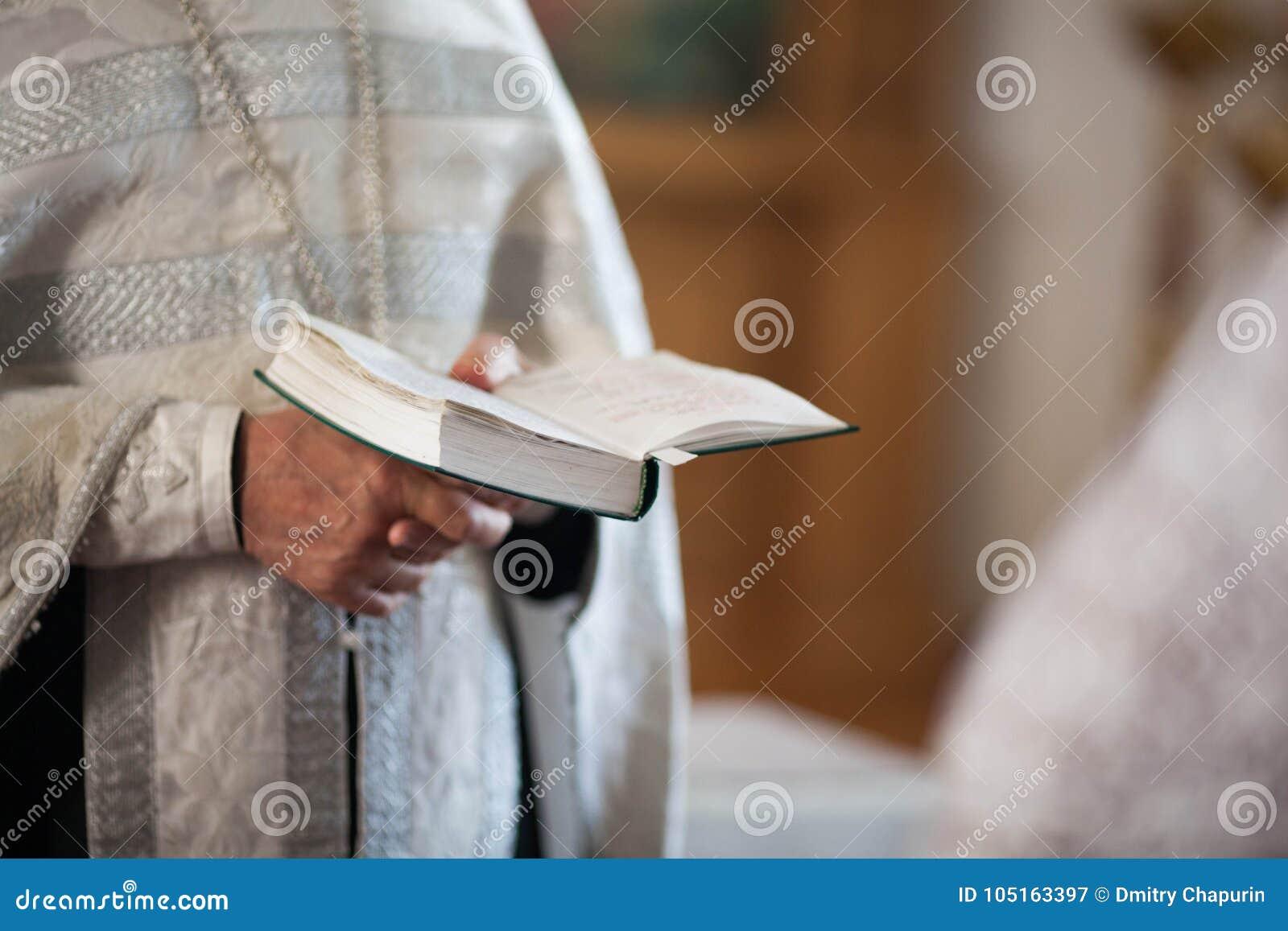 Le prêtre orthodoxe lit une prière