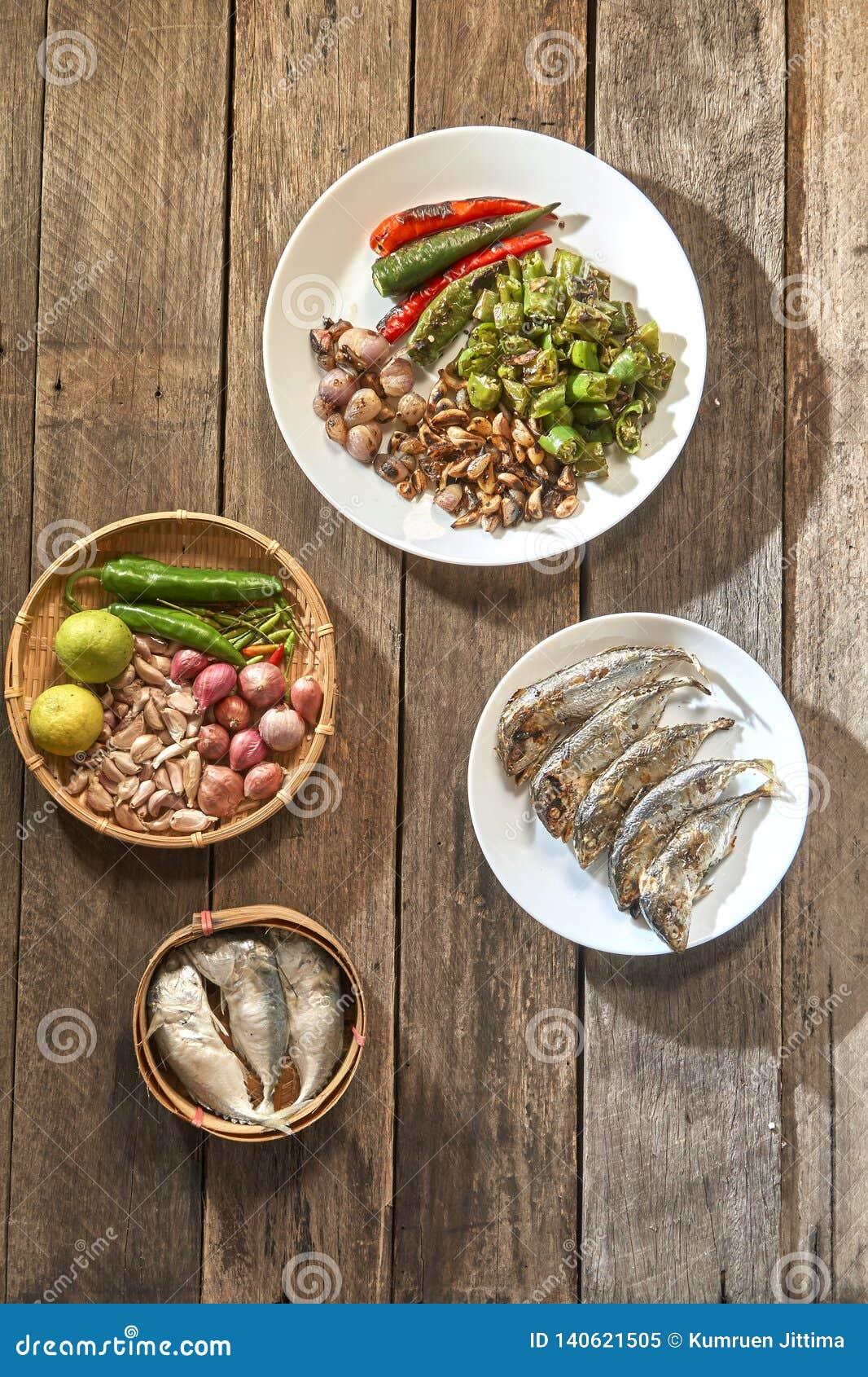 Le prik de nam de cuisine ou la pâte thaïlandais de piment se mélange