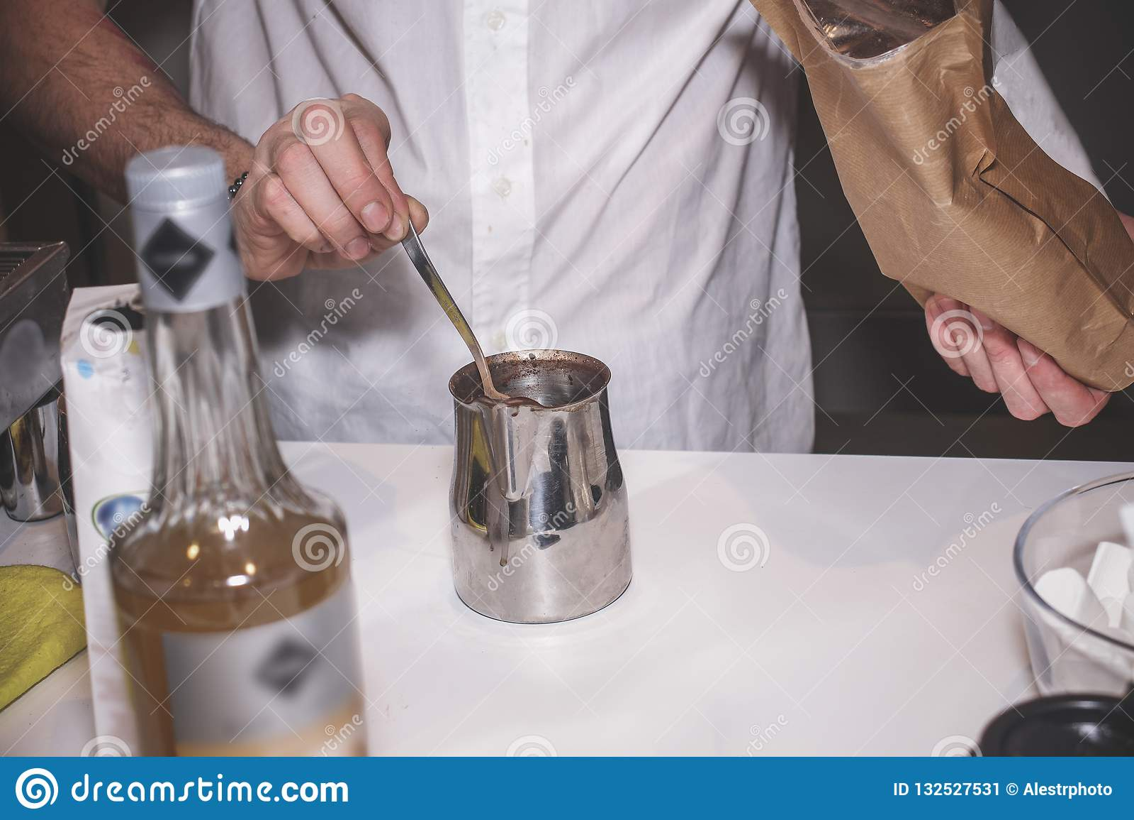 Le processus de faire le cacao dans un appareil spécial