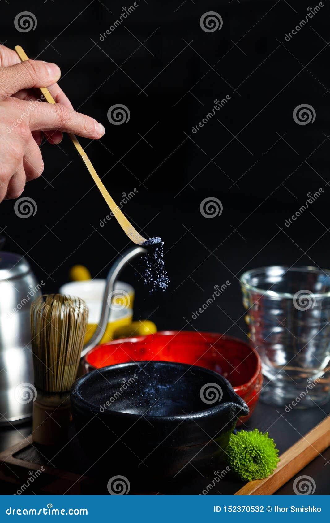 Le processus de faire les matchs bleus Le thé martelé s est renversé dans une cuvette Cocnept sain de nourriture Boisson asiatiqu