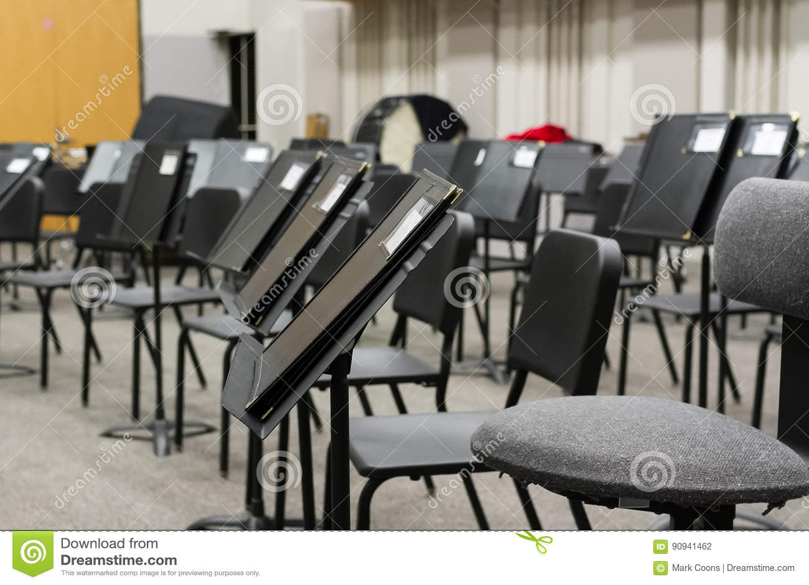 Le professeur de musique a préparé la salle de classe pour la prochaine classe
