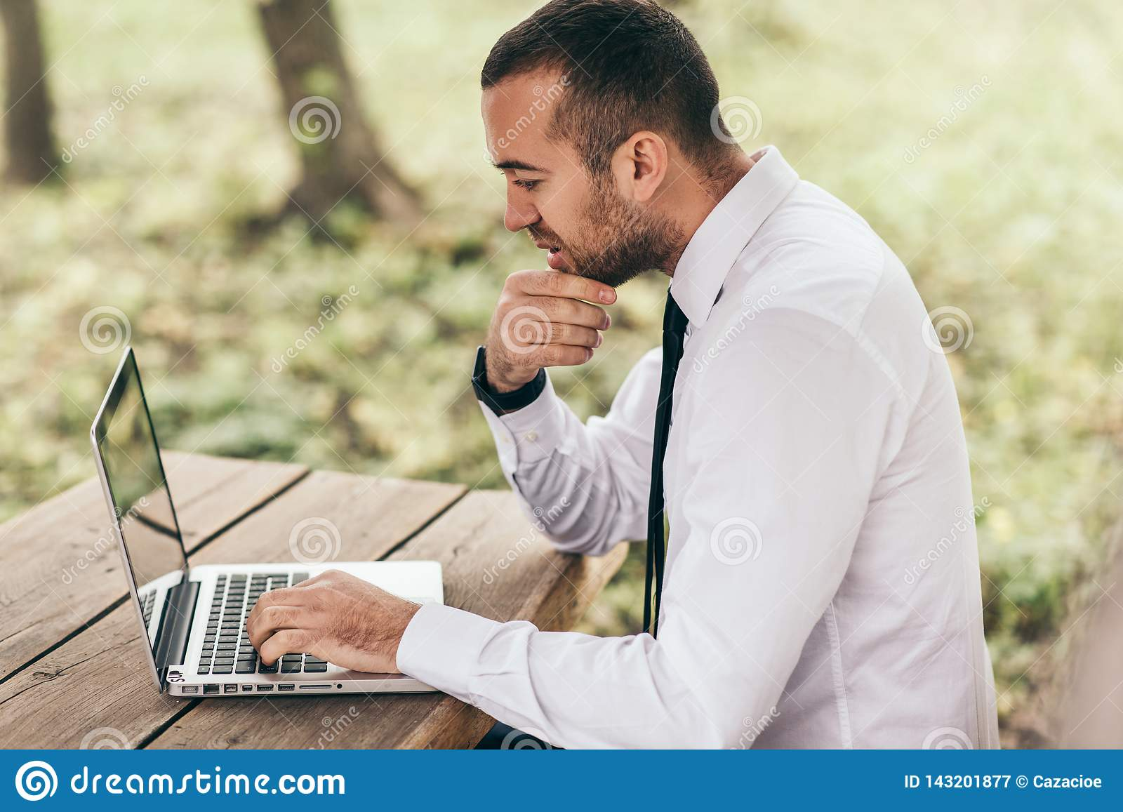 Le profil tiré jeune du sentiment caucasien sérieux et concentré d homme d affaires a frustré, se reposant à extérieur avec génér