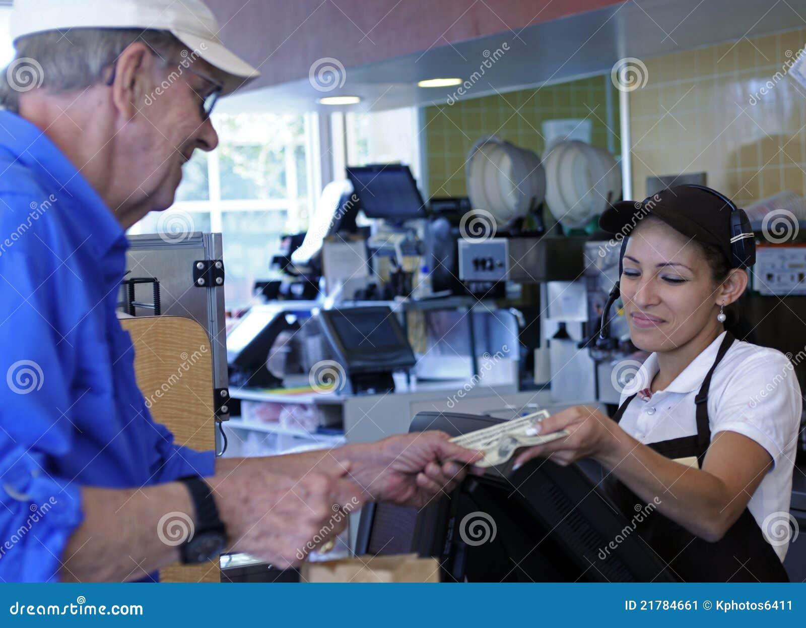 Le propriétaire paye le caissier