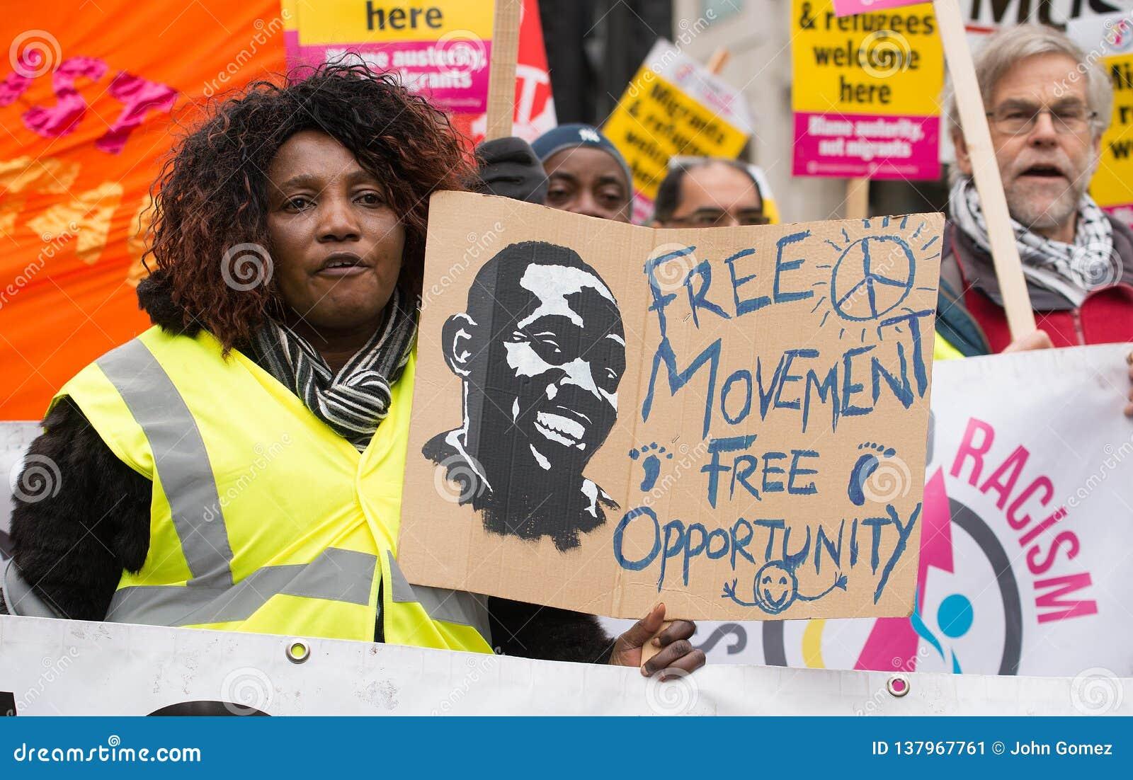 Le protestataire avec l affiche chez la Grande-Bretagne est cassé/élection général demonstratio maintenant à Londres