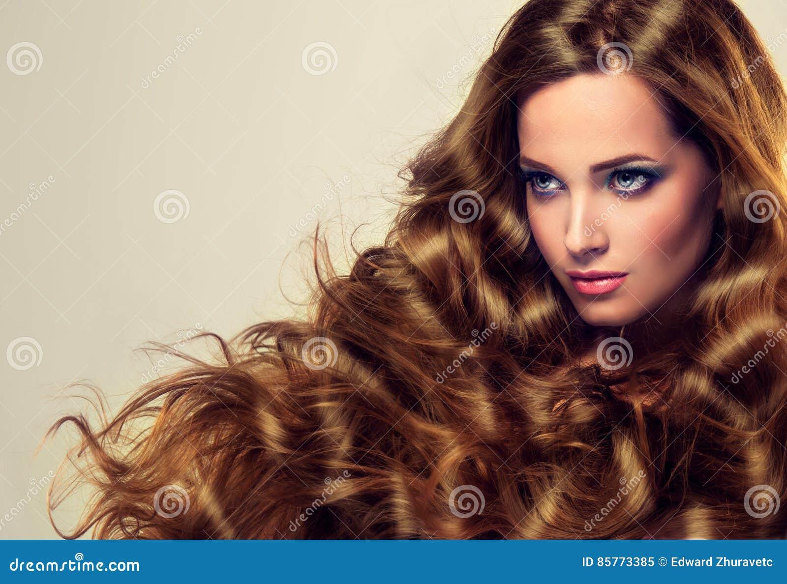 Le puits les cheveux de la femme s est inquiété, dense et fort