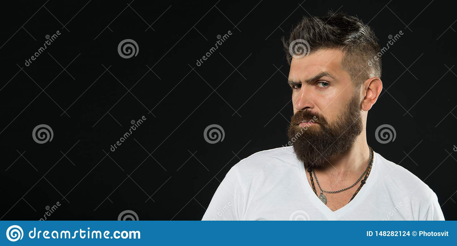 Le punte del barbiere mantengono la barba Disegnando e sistemando cura della barba Pantaloni a vita bassa sicuri barbuti Modo del