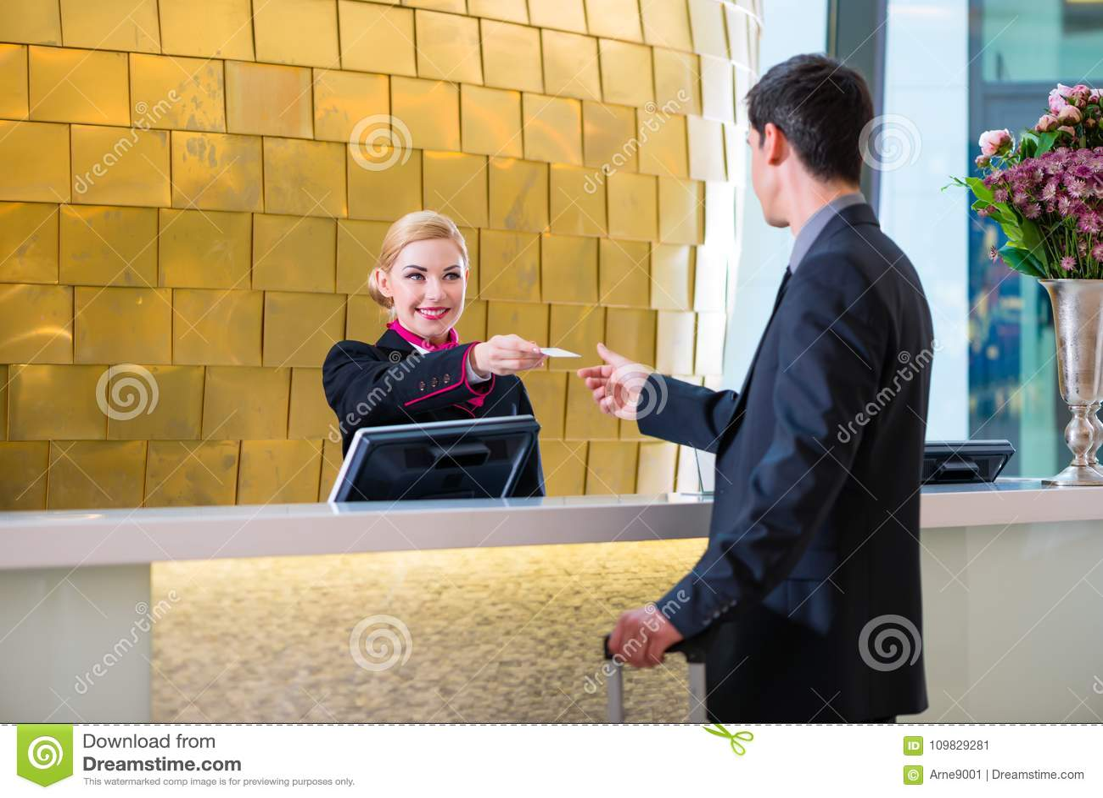 Le réceptionniste d hôtel signent l homme donnant la carte principale