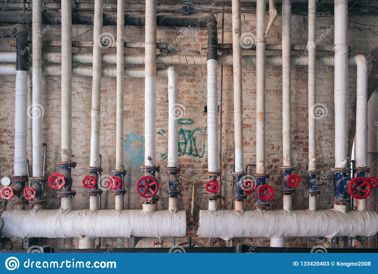 Le réseau de pipe-lines blanc et le manuel rouge actionnent des valves
