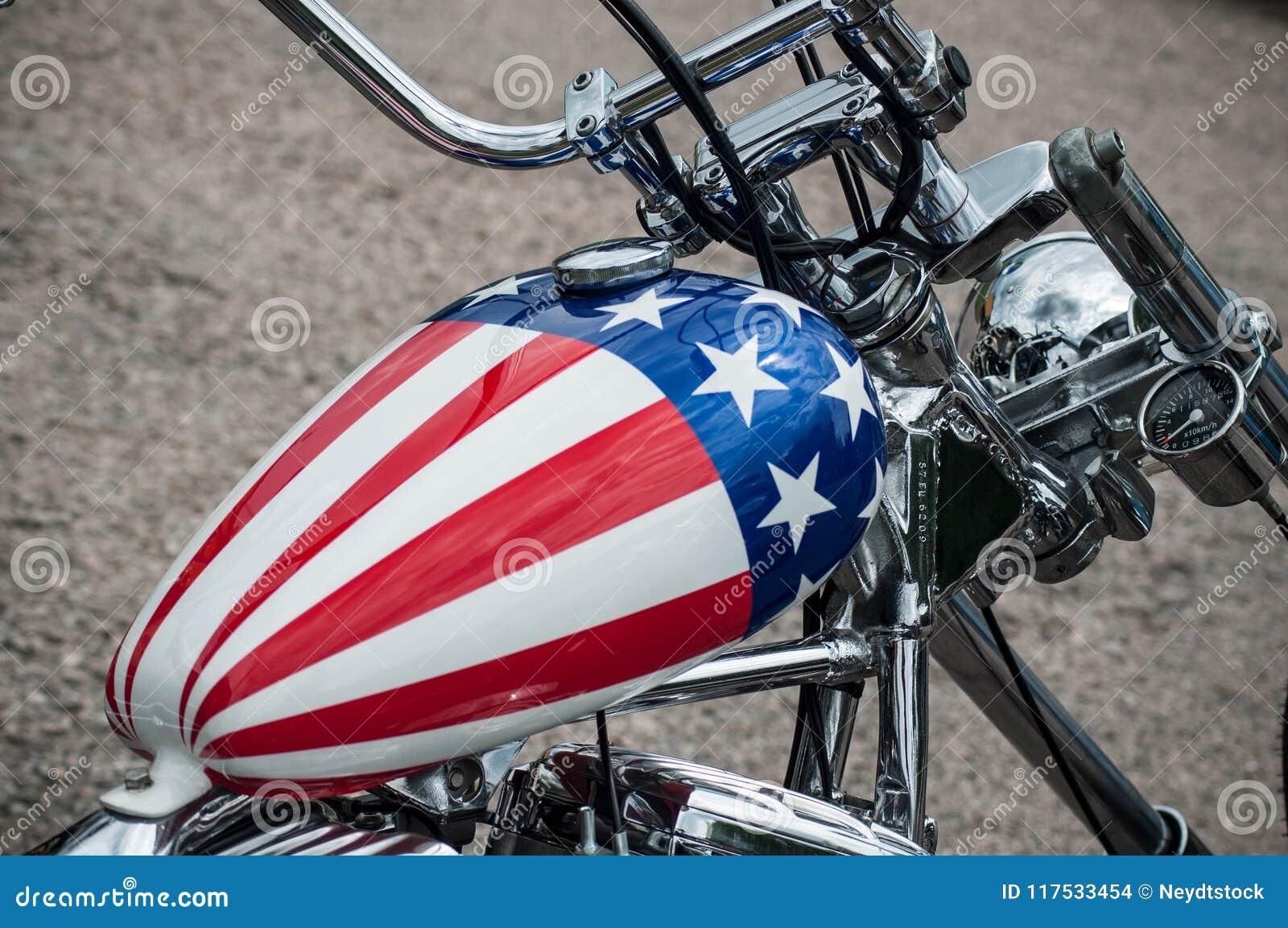 Le Reservoir De Motocyclette Avec La Peinture De Drapeau Americain Sur La Motocyclette De Harley Davidson S Est Gare Dans La Rue Image Stock Editorial Image Du Avec Motocyclette 117533454