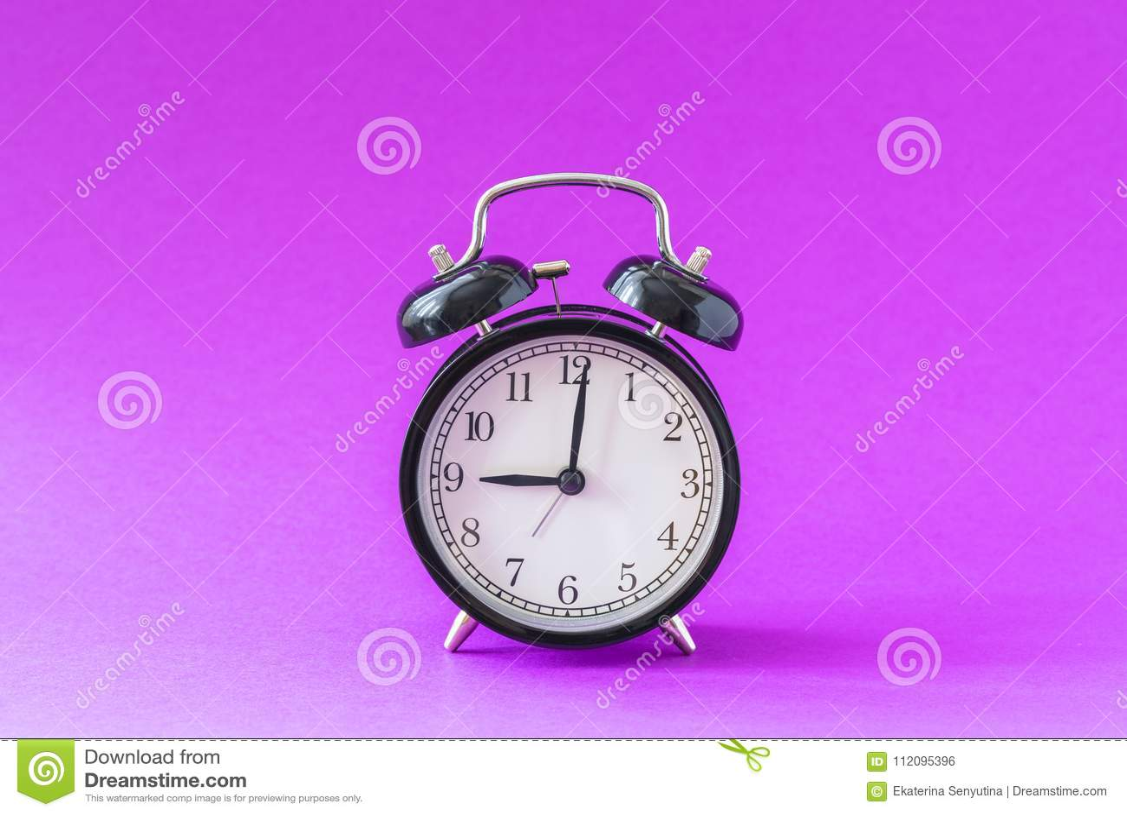 Le réveil moderne noir réglé à l horloge de ` de neuf o, d isolement, école de travail commence le concept, fond ultra-violet