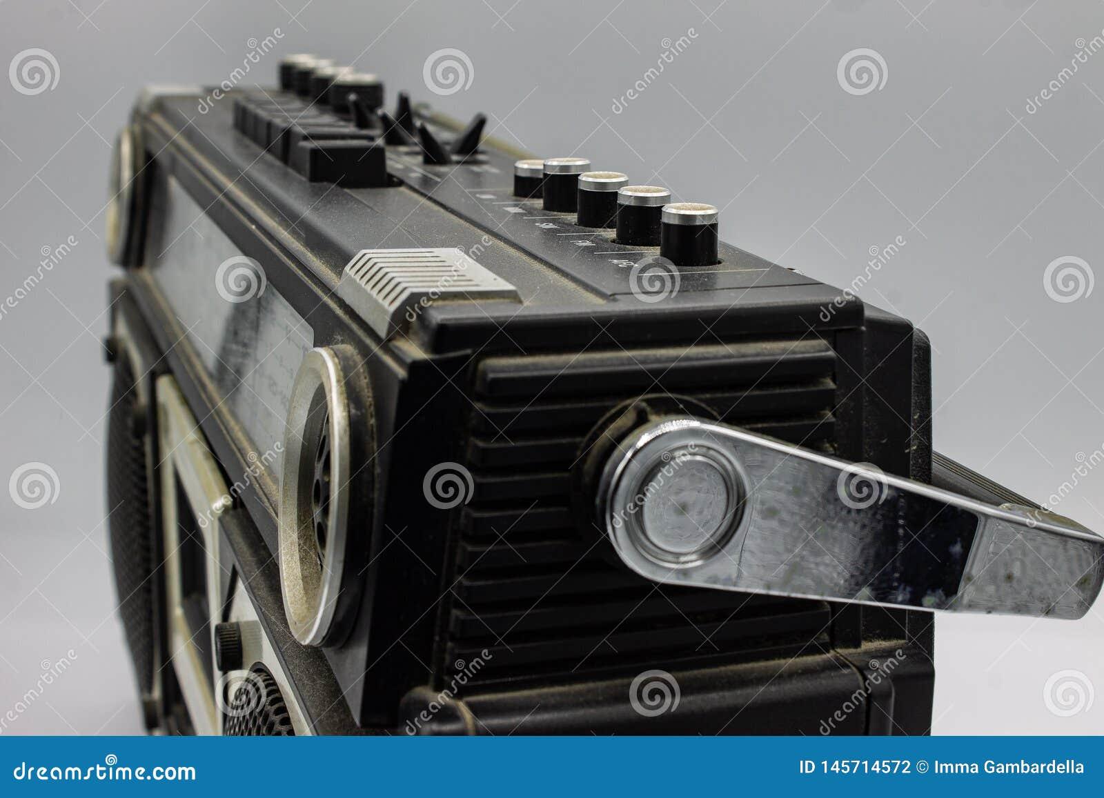 Le radio erano molto grandi, contenendo due altoparlanti e un giranastri