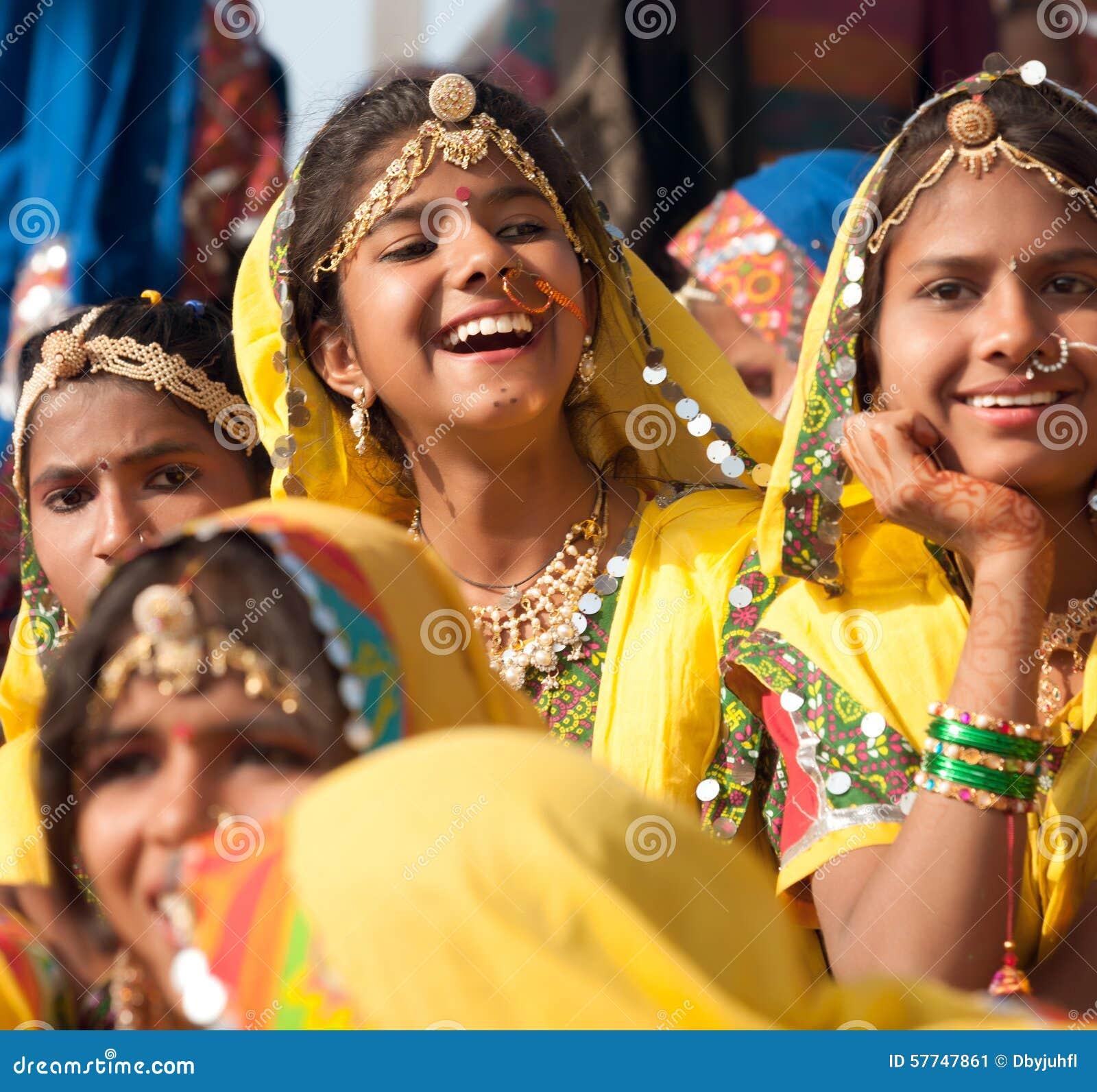 Le ragazze in abbigliamento etnico variopinto assiste alla fiera di Pushkar