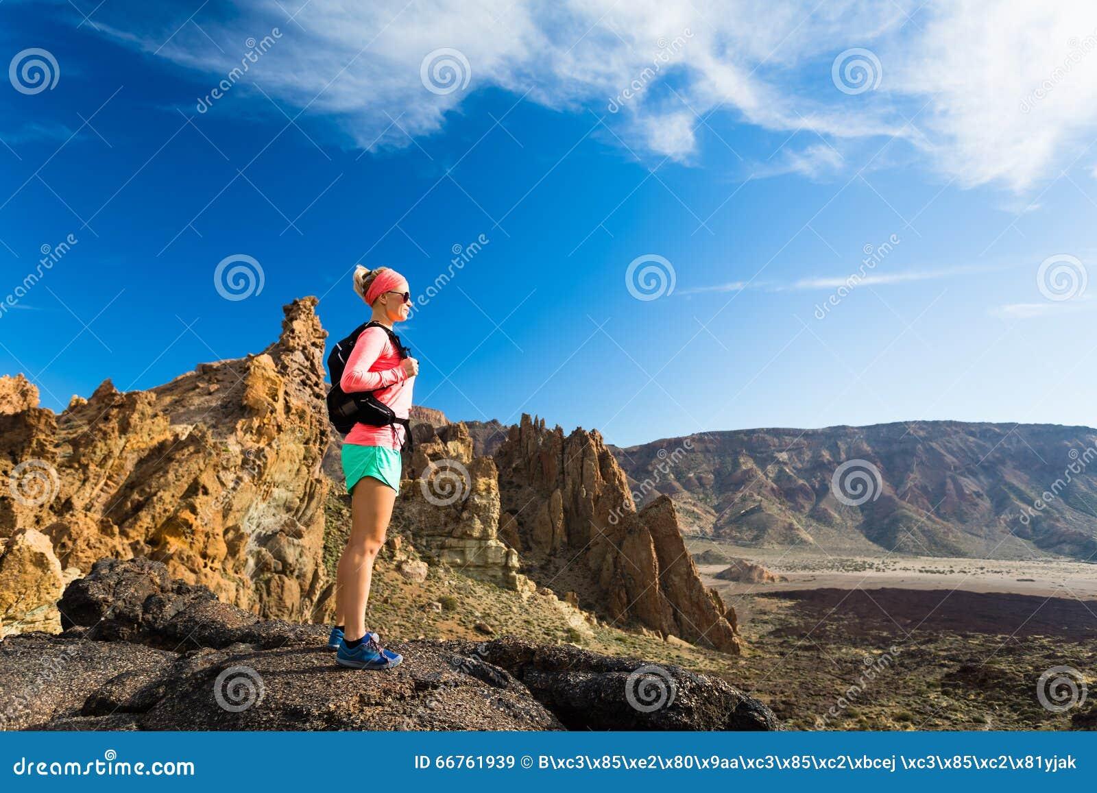 Le randonneur convenable de femme ont plaisir à inspirer le paysage de montagnes