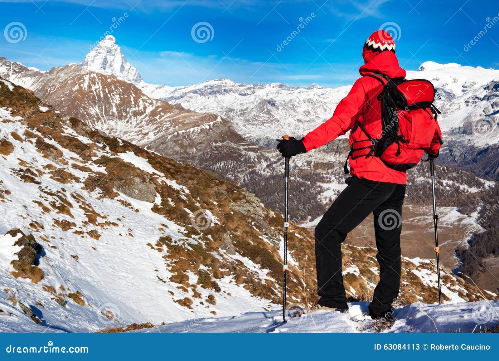 Download Le Randonneur Prend Un Repos Admirant La Crête De Matterhorn Image stock - Image du aventure, pôle: 63084113