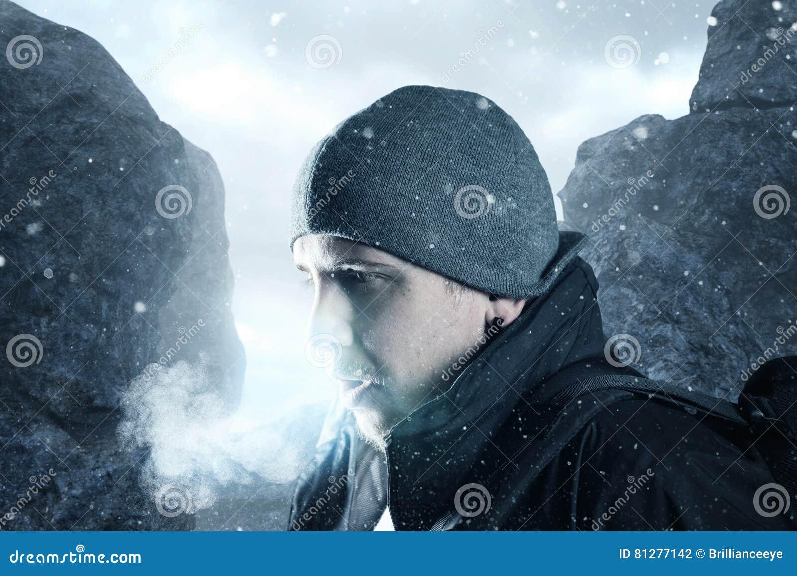 Le randonneur respirent devant le paysage de montagne