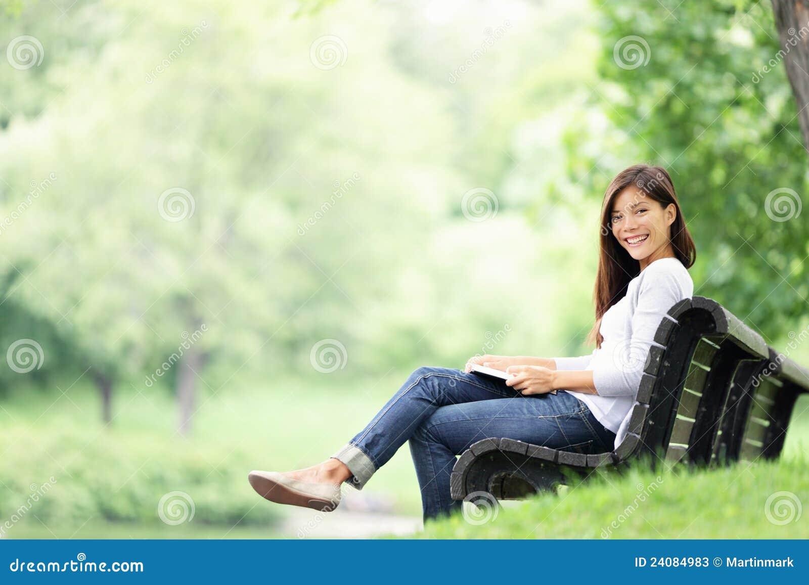 Le relevé de femme de stationnement sur le banc