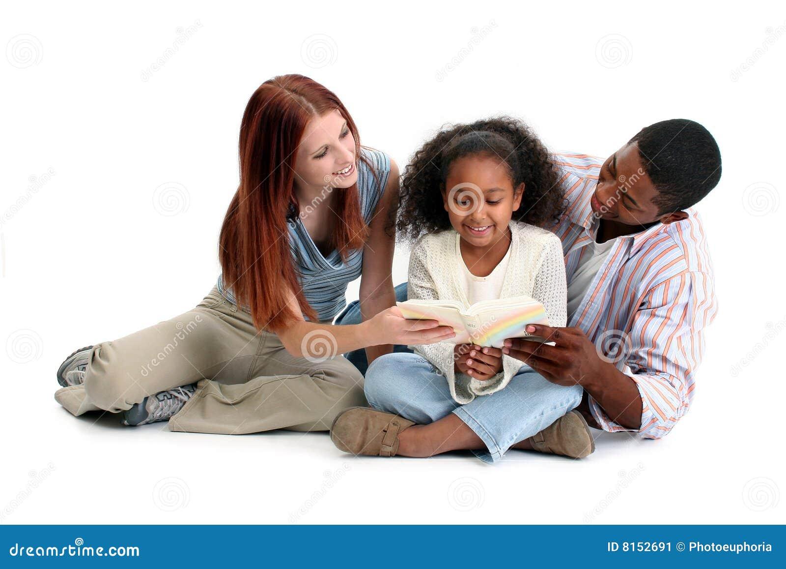 Le relevé interracial de famille ensemble