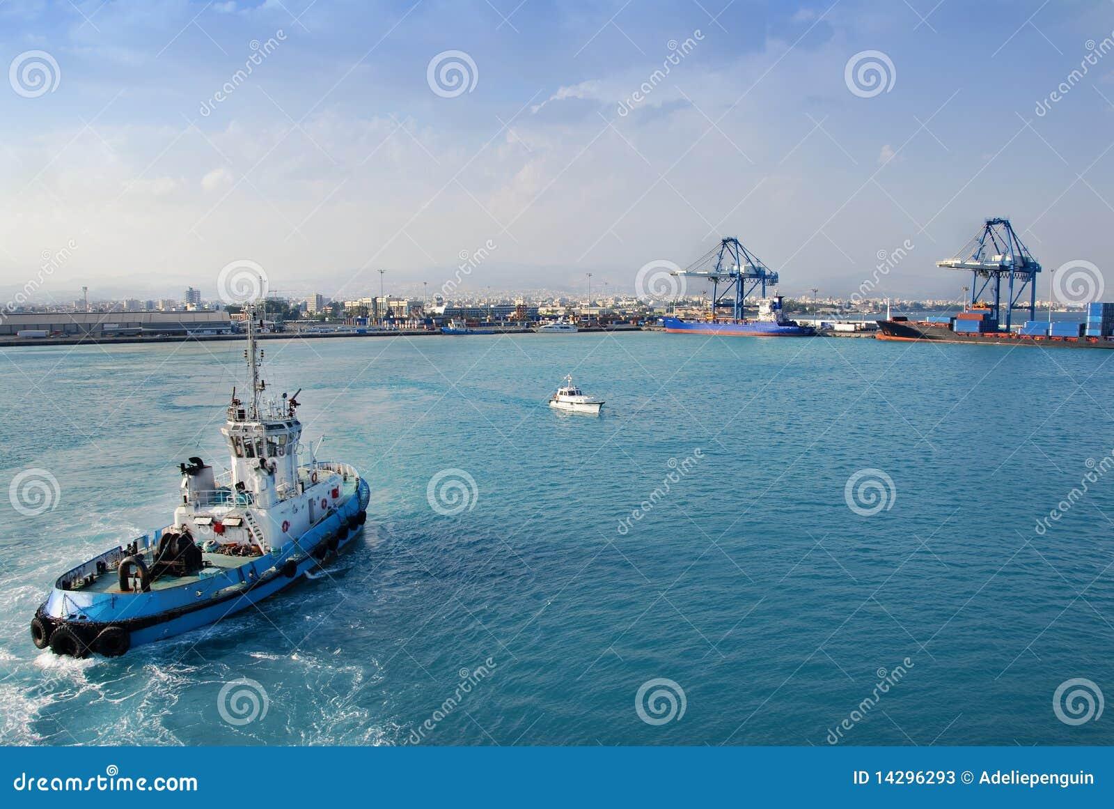 Le remorqueur s approche du port de conteneur, Chypre