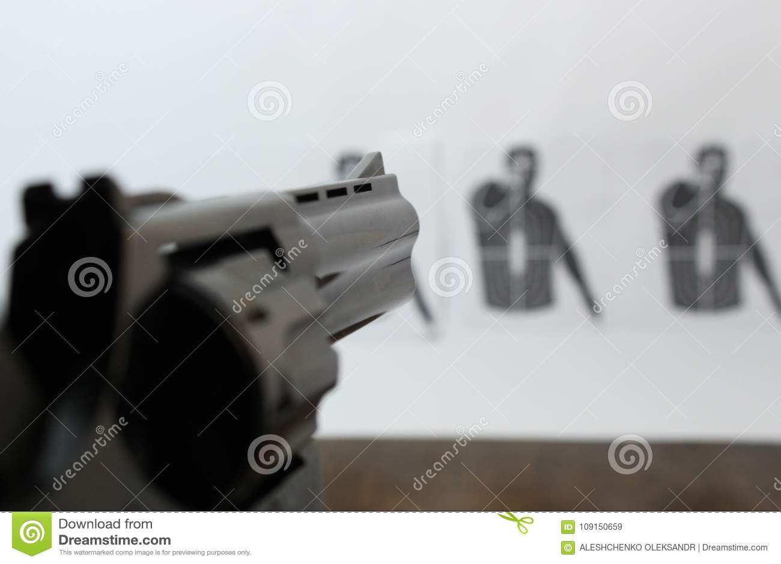 Le revolver est visé la cible de tir