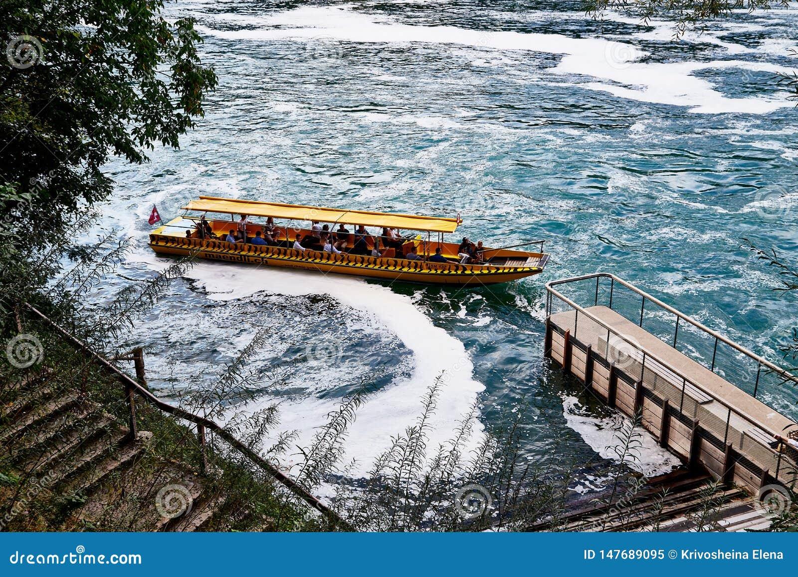 Le Rhin, Suisse - 19 septembre 2018 : Bateau de touristes sur le Rhin pr?s des chutes du Rhin en Suisse
