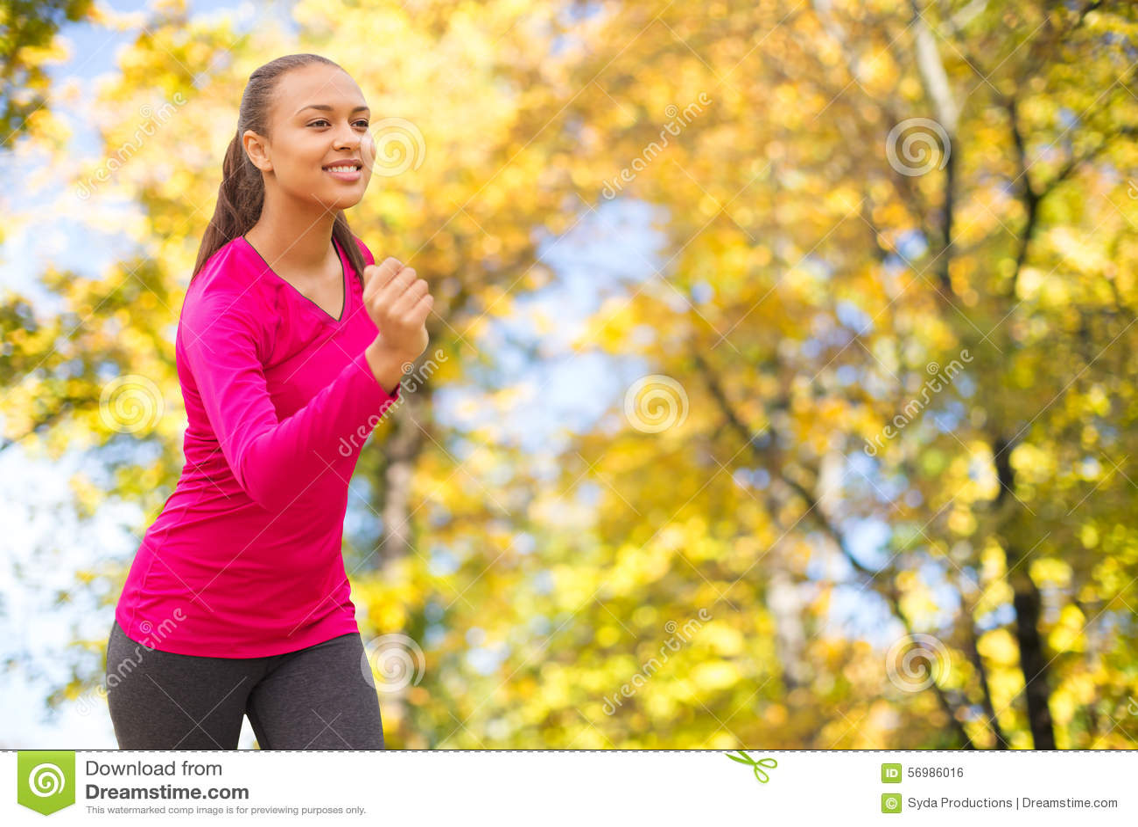 Le rinnande det fria för kvinna på hösten