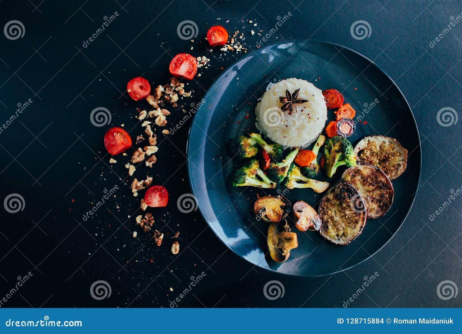 Le riz basmati, végétarien, vegan a grillé des légumes Carotte, tomates-cerises, champignons de paris, aubergine, anis foncé