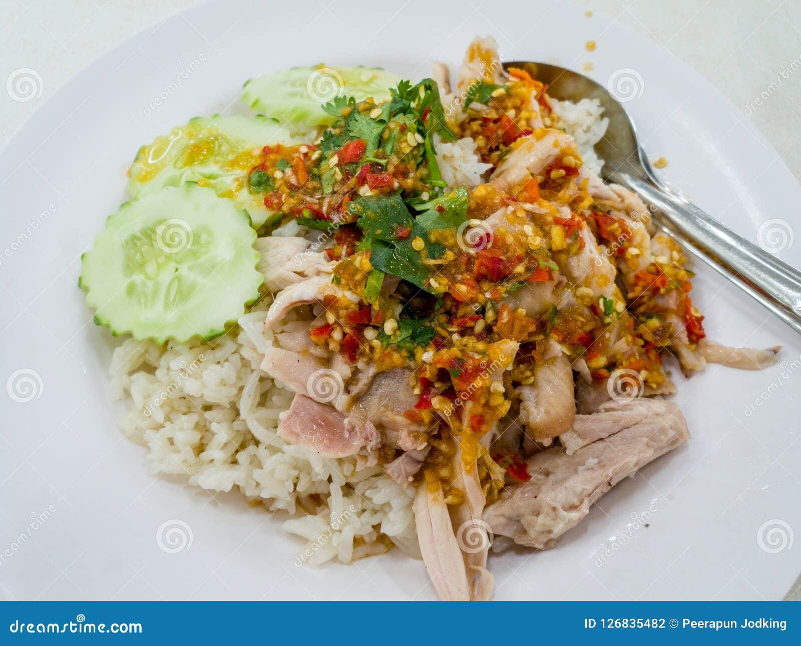Le riz cuit à la vapeur avec du potage au poulet chez la Thaïlande