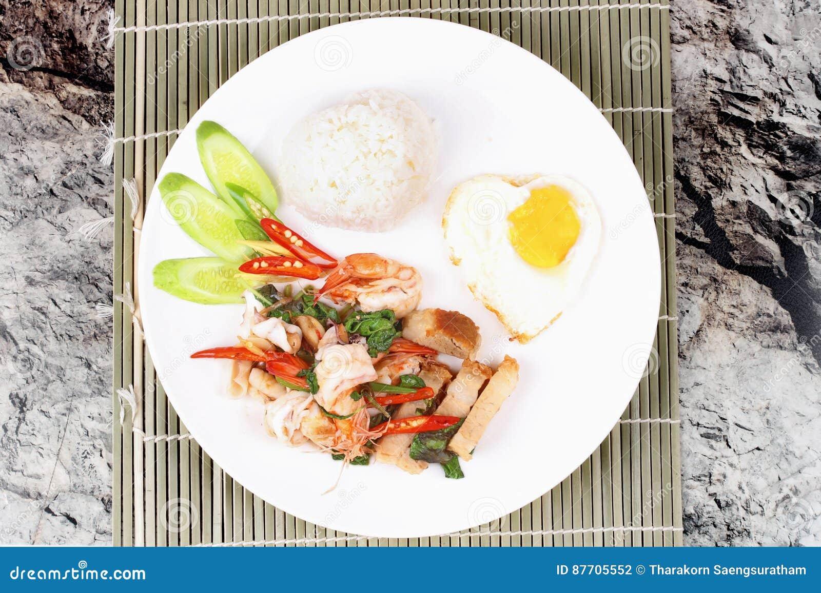 Le riz de jasmin complété a fait sauter à feu vif le basilic épicé avec de la viande