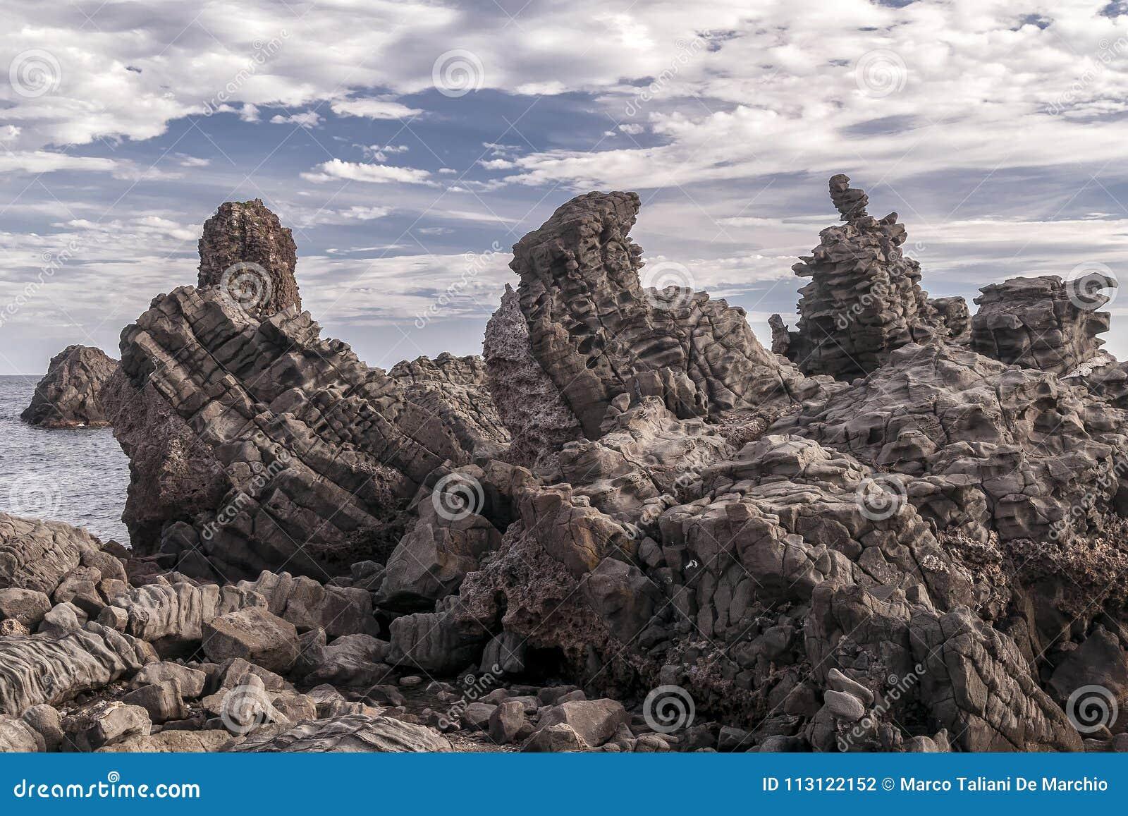 Le rocce famose del Aci Trezza, Catania, Sicilia, Italia