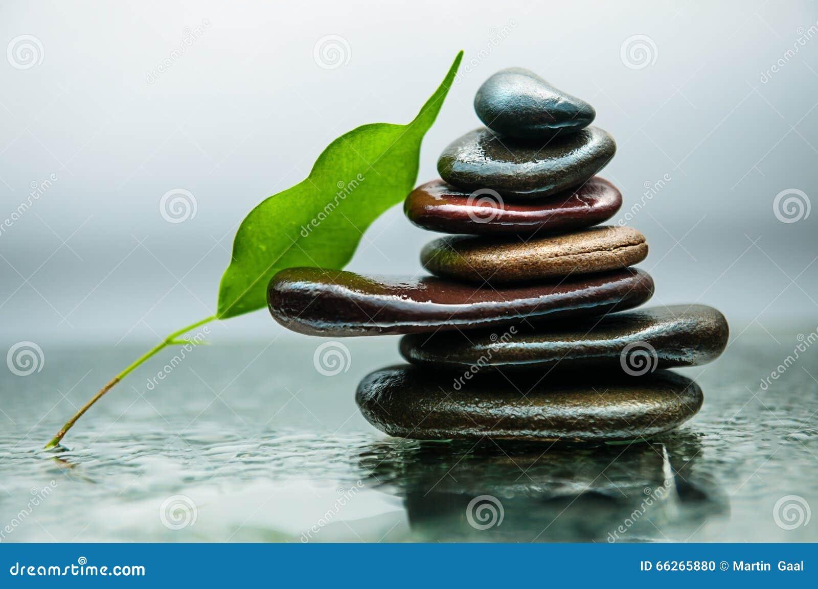 Le rocce scure o nere sull acqua, fondo per la stazione termale, si rilassano o la terapia di benessere