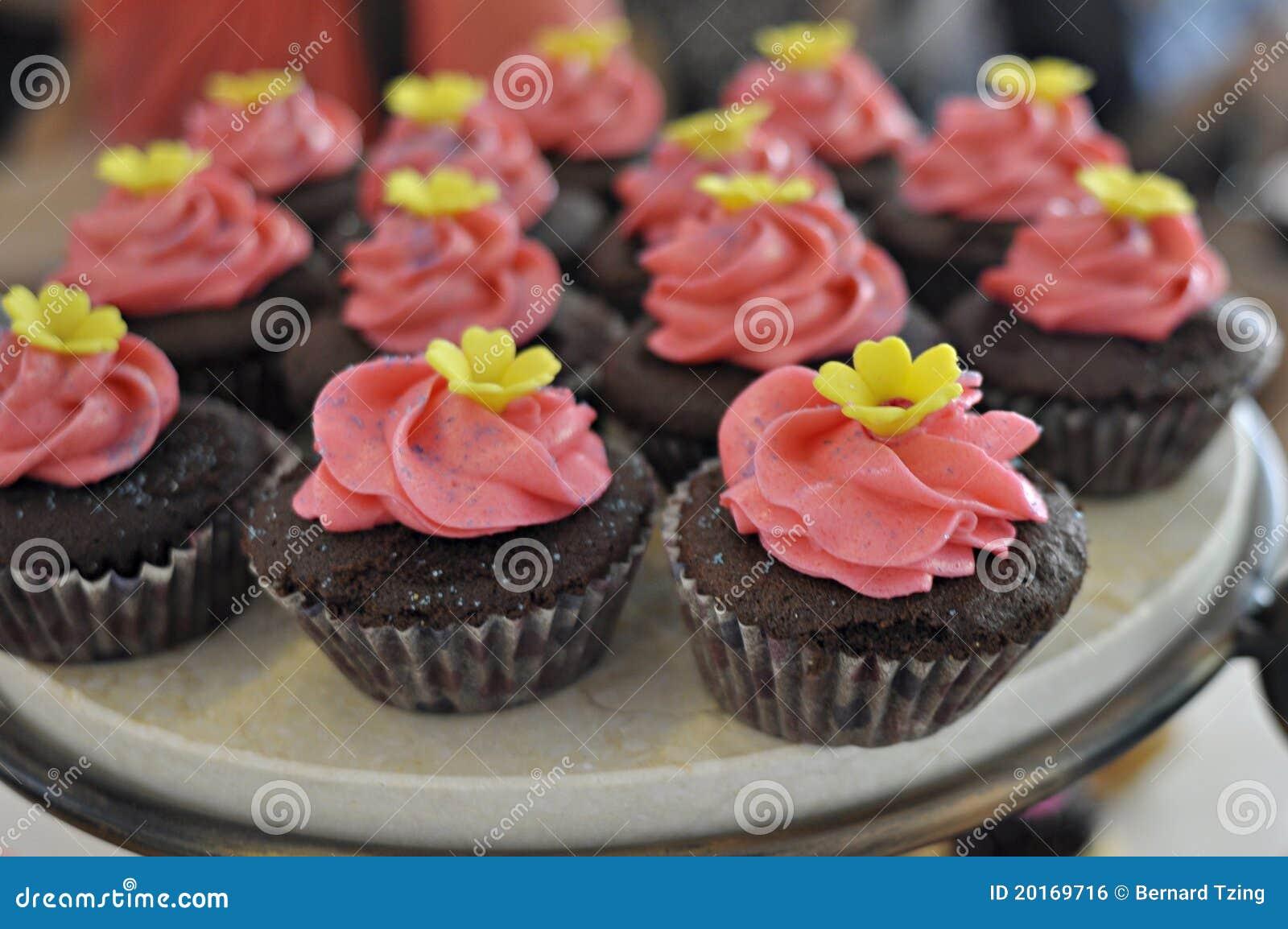 Le rose a complété des gâteaux