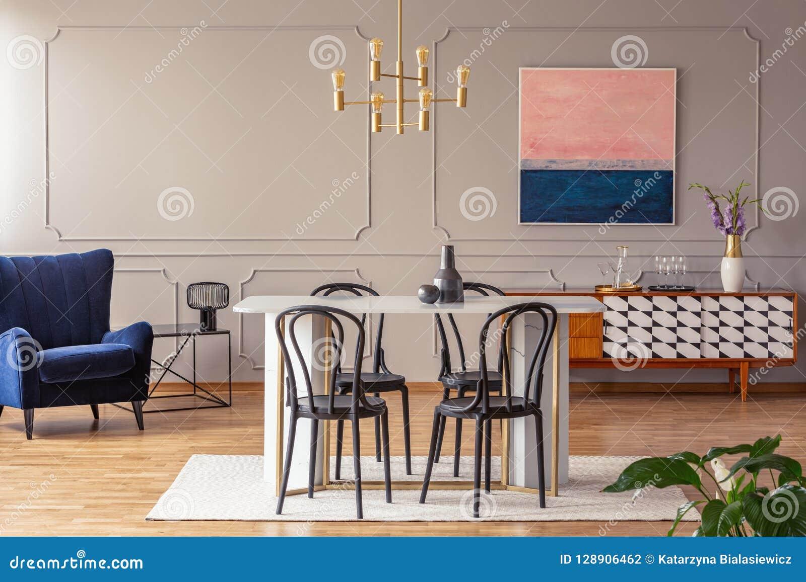 Le Rose Et Le Bleu Marine Soustraient La Peinture Sur Un Mur