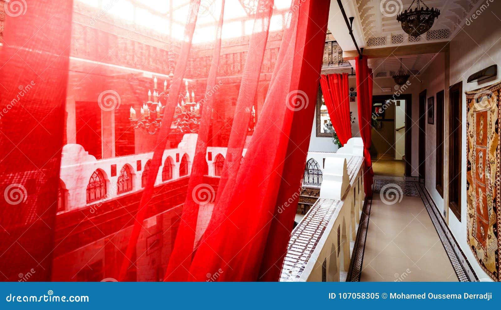 Le rouge transparent drapent dans un passage