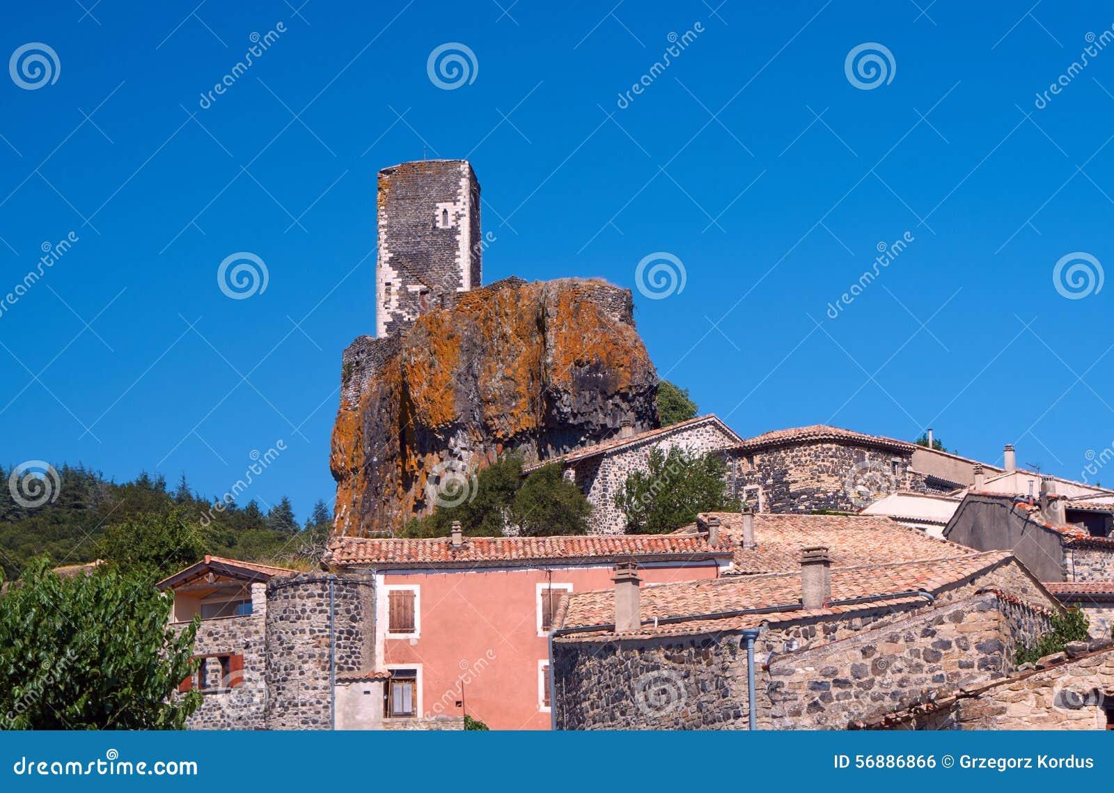 Le rovine del castello nella città medievale di Mirabel