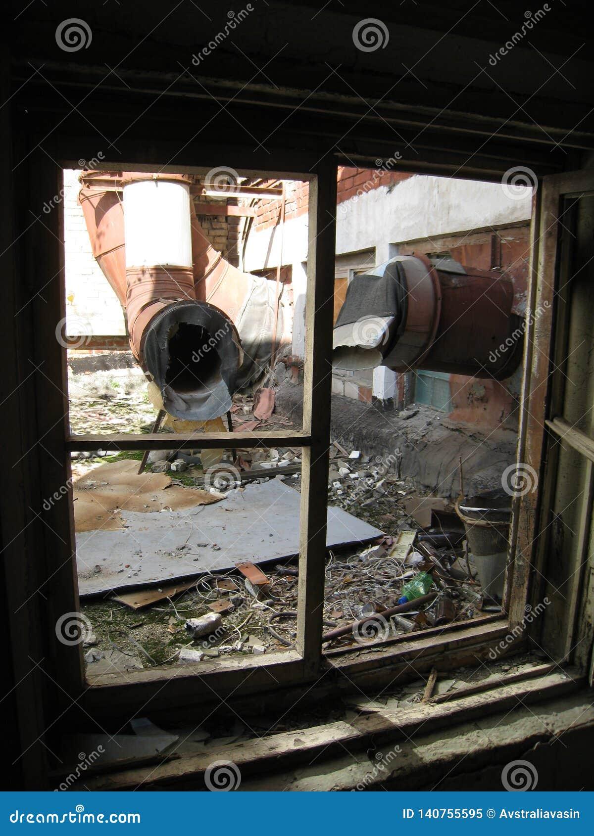 Le RTI-caoutchouc abandonné de bâtiment Déchets et saleté dans les lieux d un bâtiment abandonné