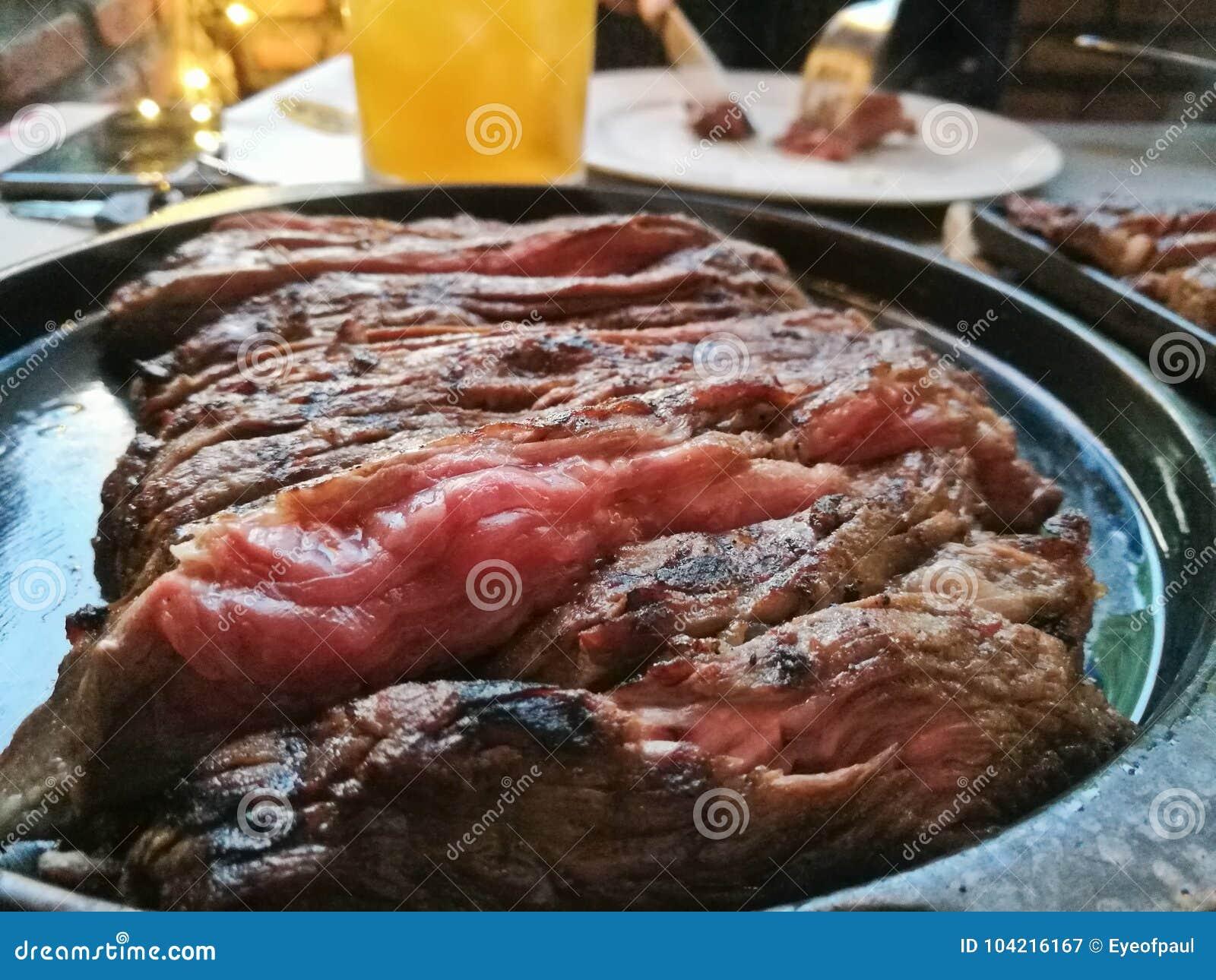 Le rumsteak caoutchouteux mou moyen de Wagyu a servi du plat chaud