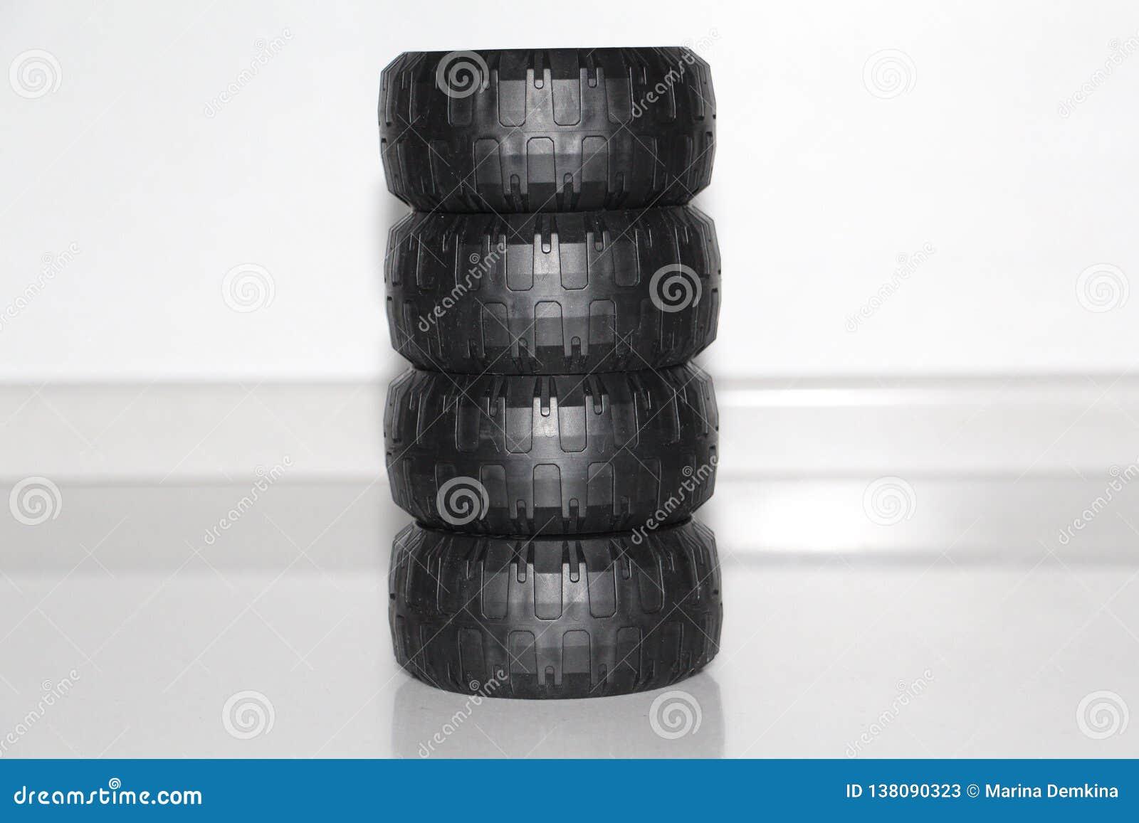 Le ruote sono cambiate dall automobile, le ruote sono giocattolo di gomma