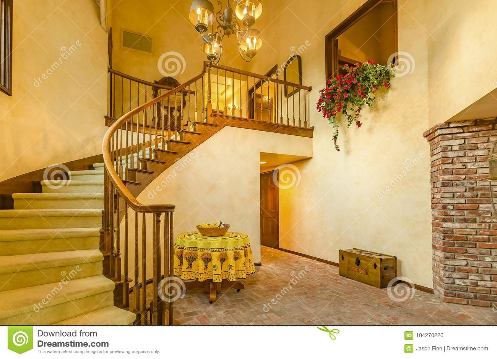 Le scale a spirale nell entrata rustica di una california lussuosa