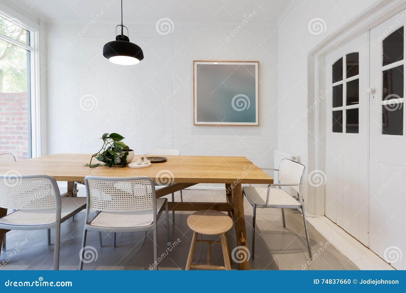 Le Scandinave moderne a dénommé la salle à manger intérieure avec le lig pendant