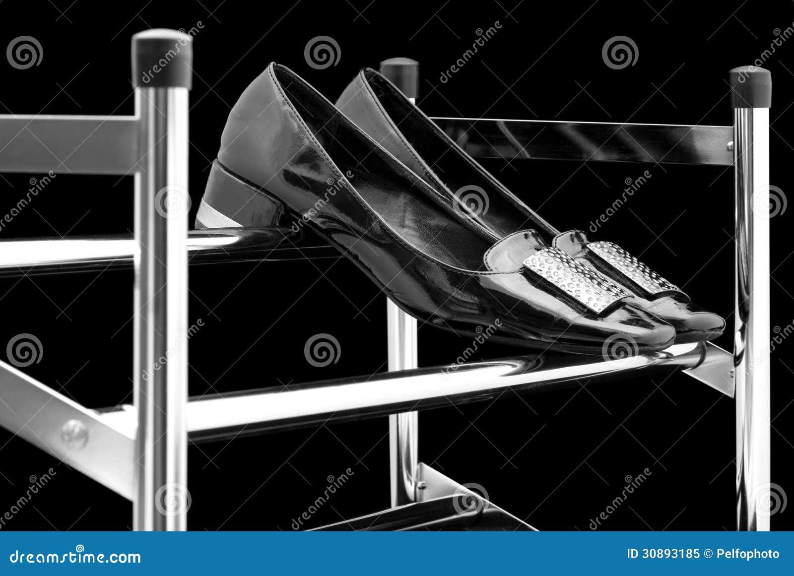 Le scarpe delle donne su un portascarpe.