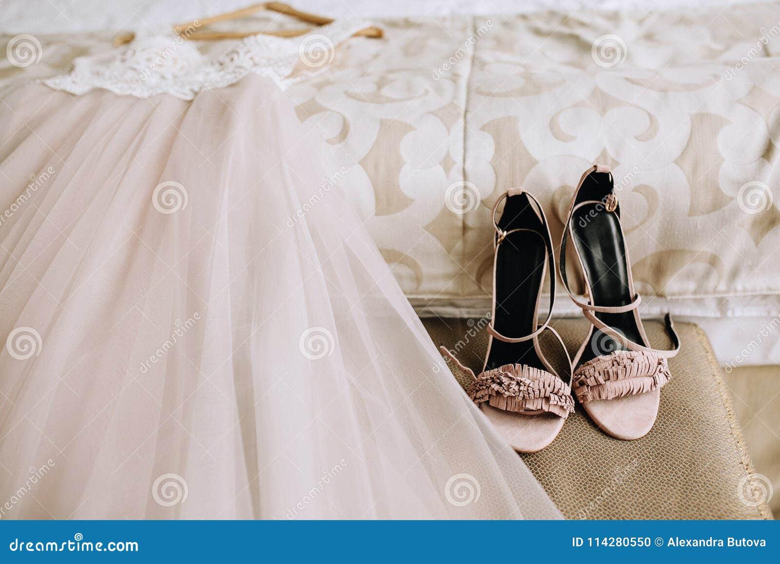 prevalente abbastanza economico sconto fino al 60% Le Scarpe Eleganti Rosa Della Sposa Accanto Ad Un Bello ...